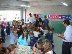 Niños de jardî de 4 con sus padres y lasmaestras
